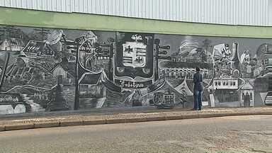 Obra de arte em muro conta a história de Imbituva - Artista decidiu retratar a cultura do município em preto e branco