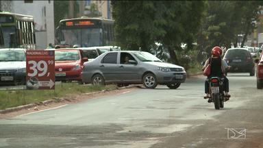 Imprudência de motoristas coloca em risco vida de pedestres na Estrada de Ribamar - Muitos pedestres estão usando o canteiro central para fazer retornos irregulares,o que aumenta o risco de acidentes.