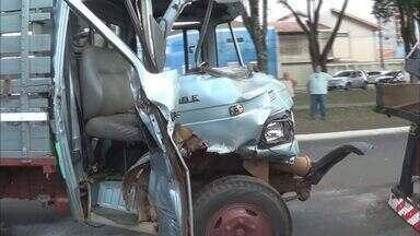 Colisão entre caminhões deixa um ferido em Franca, SP - Veículo que transportava animais bateu na traseira de outro estacionado na Avenida Santos Dumont.