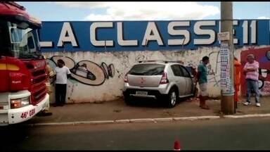 Carro atinge muro da escola Classe 11, em Taguatinga Sul - A motorista, de 60 anos, contou que foi fechada por outro carro e precisou desviar.