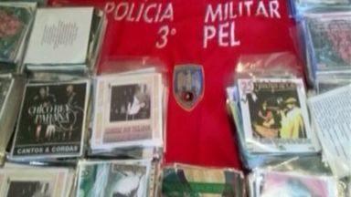Três pessoas são presas em operação da PM de apreensão de DVDs piratas, no Sul do ES - A ação de combate a pirataria que aconteceu no Centro de Vargem Alta foram apreendidos mais de 3.700 DVDs e 100 CDs.