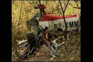 Piloto morre após aeronave cair em Pará de Minas, dizem bombeiros - Engenheiro de 83 anos pilotava modelo 'Esqualo' que caiu em fazenda. Resgate esteve no local; Aeronáutica diz que modelo era 'experimental'.
