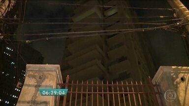 Dois homens morrem em construção de prédio no bairro dos Jardins - Uma das vítimas estava em um balancim fazendo o acabamento em gesso do prédio na Zona Sul da capital. Ele caiu e atingiu o colega que almoçava, no térreo. A polícia investiga as causas da queda.