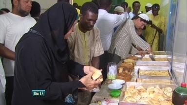 Muçulmanos se reúnem no Recife e comemoram fim do Ramadã - Durante esse período, seguidores do islamismo com mais de 10 anos fazem jejum do nascer ao pôr do sol. Objetivo é despertar para a consciência das desigualdades sociais.