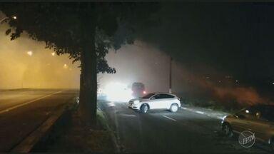 Incêndio no Jardim São Vicente atrapalha vida de moradores em Campinas - Motoristas e moradores tiveram problemas com o fogo no matagal.