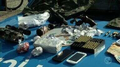 Operação combate tráfico de drogas e prende oito em Resende, RJ - Ação aconteceu no bairro Cidade Alegria, na manhã desta quinta-feira; foram apreendidas drogas, granada, pistola e fardas do exército, diz PM.