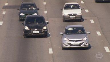Dirigir com farol baixo ligado nas estradas passa a ser é obrigatório - Medida vale a partir desta sexta-feira (8). O motorista que descumprir a nova lei vai pagar multa, além de perder pontos na carteira.