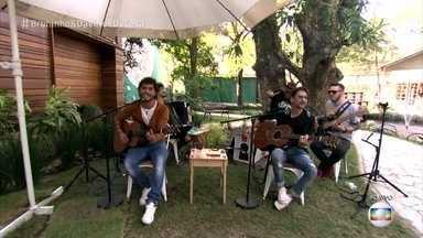 """Bruninho e Davi animam a manhã do É de Casa - A dupla toca a música """"Se namorar fosse bom"""""""