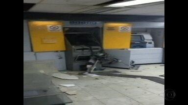 Bandidos com armamento pesado explodem banco em Feira Nova - Parte dos assaltantes fez bloqueio em uma das ruas.