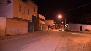 Criança de 10 anos e uma adolescentes de 16 foram baleadas em um tiroteio, em Vila Velha - A adolescente estava num ponto de ônibus e a criança ajudava a família a fazer a mudança de casa.