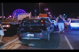 Engavetamento com seis veículos é registrado em viaduto de Uberlândia - Acidente de trânsito ocorreu no viaduto sobre a Avenida Rondon Pacheco.Trânsito ficou congestionado e fila de carros se formou.