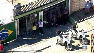 Homem mata esposa em casa na Zona Leste da capital - A mulher foi morta pelo marido com três tiros em São Miguel Paulista. Depois, o homem foi a uma loja de sapatos do bairro e assassinou um rapaz que achava ser o amante da esposa.
