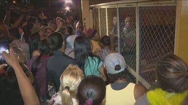 Manhã é de tensão no Complexo Penitenciário de Campinas-Hortolândia - Durante a madrugada desta terça-feira (12), familiares dos presos bloquearam a entrada e saída de veículos do local. Os detentos reclamam de superlotação no presídio e reivindicam melhorias na estrutura do complexo.