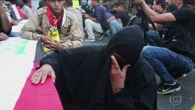 Atentado terrorista deixa nove mortos no Iraque - Trinta e duas pessoas ficaram feridas. Um carro-bomba explodiu em um distrito xiita, ao norte de Bagdá. Nenhum grupo assumiu a responsabilidade pelo atentado, mas o Estado Islâmico costuma fazer esse tipo de ataque.