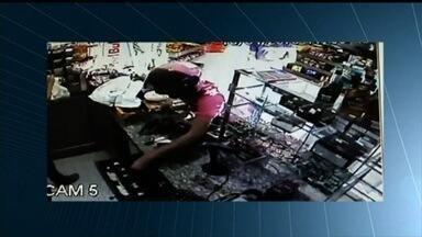 Polícia Civil prende oito suspeitos de assaltar casas e comércios, em Goiás - Uma nona pessoa foi detida em flagrante durante ação por tráfico de drogas.Segundo corporação, os roubos foram cometidos nos últimos três meses.
