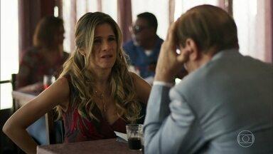 Marlene conversa com o pai sobre escândalo das fotos - Fran descobre fotos na internet e comenta com a dona do salão