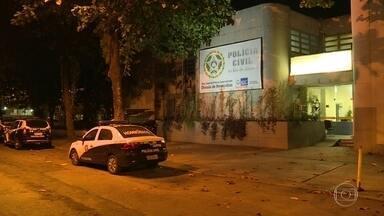 Balas perdidas deixam um morto e um ferido no Caju, no Rio - As vítimas foram vítimas de balas perdidas na comunidade São Sebastião, no Caju, na Zona Portuária. Segundo testemunhas, criminosos passaram disparando por uma praça na região.
