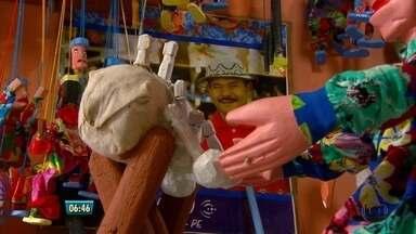 Conheça as criações do Mestre Miro de Carpina - Ele é um dos artesãos que expõem sua arte na Fenearte deste ano. Artista cria bonecos coloridos para teatro de mamulengos.
