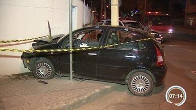 Jovem é preso com carro roubado após perseguição policial e acidente em S. José - Veículo havia sido roubado em São Paulo na última segunda-feira (11).