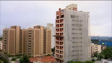 Venda de imóveis cai, mas quantidade de lançamentos dispara - Na cidade de São Paulo, foram vendidas 1.059 novas unidades residenciais - 10,4% a menos que o registrado em maio e 50,7% que o registrado em maio de 2015.