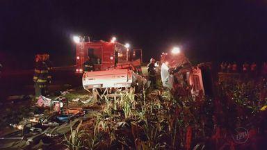 Três morrem em colisão entre carro e picape em Pitangueiras, SP - Veículos seguiam em direções opostas e colidiram durante ultrapassagem.