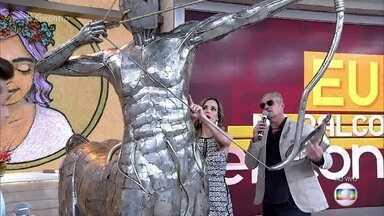 Zé Vasconcelos mostra esculturas de aço inox - Artista diz que começou a carreira esculpindo em giz escolar. Hoje ele faz esculturas enormes em aço inox