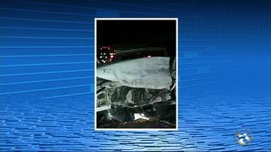 Idoso morre e jovem fica ferido após acidente em Taquaritinga do Norte - Jovem estava em caminhonete, invadiu a contramão e colidiu em carreta.