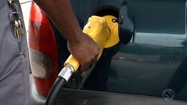 Motoristas do Sul do Rio estão preferindo abastecer os veículos aos poucos - Maioria das pessoas não está mais enchendo o tanque; mecânico explicou o que pode acontecer com o carro com pouca gasolina.