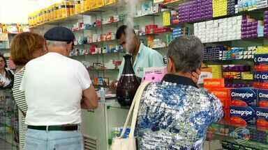 Aumenta venda de remédios para doenças comuns no inverno no Sul do Rio - Variação de temperatura tem feito muita gente ficar doente; pneumologista fala das diferenças da gripe ou resfriado, da rinite ou sinusite.