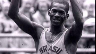 Imortalizado no Hall da Fama, Adhemar Ferreira da Silva deixa legado no salto triplo - Com uma história de recordes e medalhas olímpicas, brasileiro é um herói do atletismo brasileiro e deixa marca de amor ao esporte e superação. Adhermar chegou a ganhar até premiação no cinema.