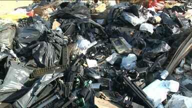 Veja como descartar de forma correta o lixo eletrônico - Os aparelhos eletrônicos estão cada vez mais frequentes em nossas vidas, mas eles quebram ou então ficam ultrapassados por causa dos avanços tecnológicos. Só que ao invés de irem para o lixo eles devem ser descartados de forma diferente.