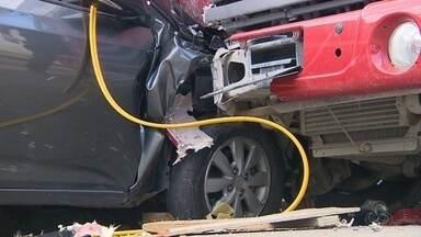 Caminhão desgovernado atinge veículos e mata mulher em Manaus - Duas pessoas feridas foram socorridas e levadas a hospital.
