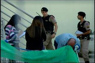 PM tenta localizar criminosos que mataram segurança de supermercado em Divinópolis - A Polícia Militar localizou um carro que pode ter sido utilizado na fuga pelos criminosos. Crime ocorreu nesta segunda (18).