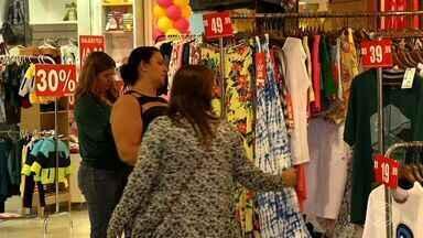 Com crise, lojistas de Resende, RJ, antecipam liquidações para atrair clientes - Promoções estão aparecendo mais cedo no comércio.