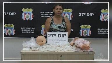 Mulher foi presa suspeita de esconder drogas dentro de boneca - Prisão foi na casa da suspeita, no bairro Novo Aleixo.