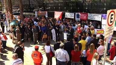 OAB e sindicatos fazem protesto em defesa do TRT, em Goiás - Ato pede readequação do orçamento do tribunal, que enfrenta um déficit. Segundo órgão, 350 pessoas participam da manifestação, em Goiânia.