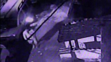 Suspeito de incendiar carros na Tijuca é preso - Nove carros foram incendiados no bairro em uma madrugada.O suspeito foi identificado nas imagens registradas por câmeras de segurança da região. Ele já era procurado por crime de extorsão.