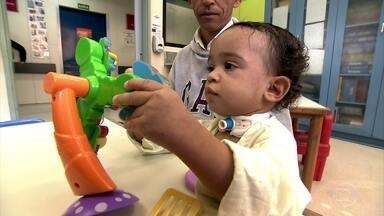 Brincadeira em hospitais funciona como remédio para as crianças - Todo mundo sabe que educar educa, integra, desenvolve e diverte. Agora, imagine o significado de brincadeira em um lugar como o hospital. Quando a criança não pode sair do quarto para brincar, a brincadeira vai até ela.