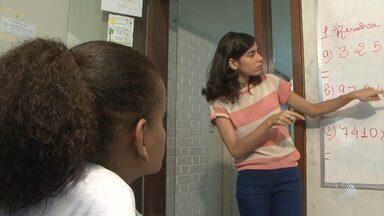Jovem surda realiza o sonho de ser professora e hoje ajuda a alfabetizar crianças surdas - Conheça a bela história da 'Pró' Ana Paula.
