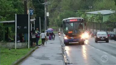 Greve de motoristas e cobradores de ônibus entra no segundo dia em Angra dos Reis, RJ - Categoria reivindica aumento de 10% no salário e 20% na cesta básica; paralisação está trazendo transtornos aos passageiros.