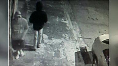 Rapaz morre após ser baleado durante assalto em Itatiba - Um homem morreu após ser assaltado e baleado na noite deste sábado (23) no Jardim Arizona, em Itatiba (SP). Segundo informações, que constam no boletim de ocorrência, os dois homens saíam da casa da namorada de um deles quando o bandido chegou armado e anunciou o assalto.