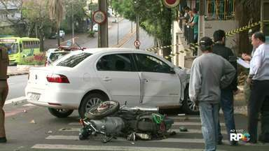 Motociclista morre em acidente de trânsito no centro de Foz - O acidente foi por volta das onze da manhã no cruzamento da avenida Jorge Schimmelpfeng com a rua Santos Dumont.