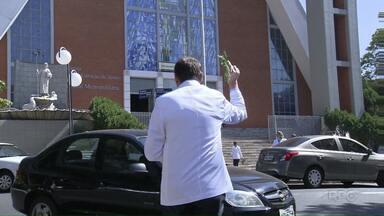 Domingo teve carreata e benção de carros e motoristas em Londrina - O Dia do Motorista é hoje, mas São Cristóvão, padroeiro dos motoristas e viajantes, foi comemorado ontem. A festa teve celebração de missa e bençãos de carros.