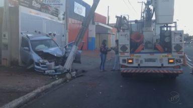 Cerca de 800 casas ficam sem energia após carro atingir poste no bairro Ribeirão Verde - Motorista perdeu o controle da direção invadiu a calçada, bateu em um portão e atingiu o poste de energia. Ninguém ficou ferido.