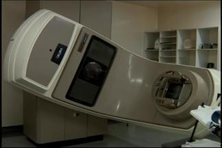 Aparelho de radioterapia pode dobrar atendimento em Divinópolis - Acelerador linear do Hospital do Câncer já está em funcionamento. Equipamento é capaz de tratar casos específicos com mais eficiência.