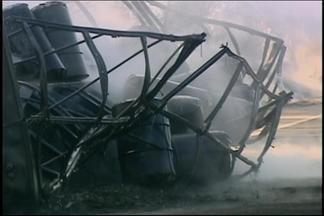 Trecho da BR-262 é liberado após carreta pegar fogo em Araxá - Pista ficou interditada por mais de três horas e teve congestionamento. Chamas se alastraram para as margens da pista, mas ninguém se feriu.