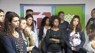 MGTV na Escola: Alunos de Comunicação Social da UFJF visitam emissora em Juiz de Fora - Estudantes conheceram de perto a produção de um telejornal.