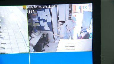 Vídeo mostra ação de assaltantes em lotérica de Campina Grande - Lotérica foi assaltada quando o dono abria o estabelecimento.