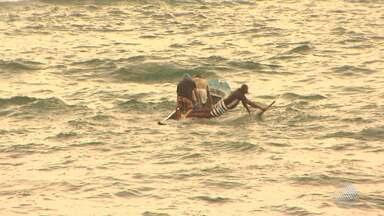 Previsão do tempo: Salvador tem vento forte e mudança de temperatura - Rajada de vento e mar agitado por pouco não terminam em tragédia na praia de Itapuã. A canoa de um grupo de pescadores encheu de água e virou, e eles precisaram de ajuda para sair da água.