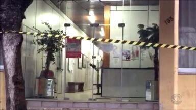 Objeto parecido com bomba suspende atividades na Prefeitura de Chuí no RS - Todo o entorno do prédio está isolado.